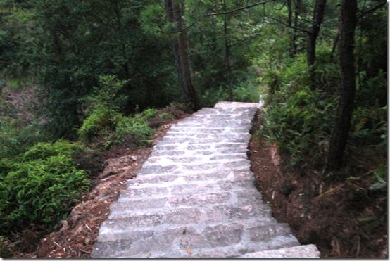Спуск от монастыря в Уишани