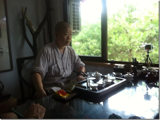 Монахиня заваривает Да Хун Пао