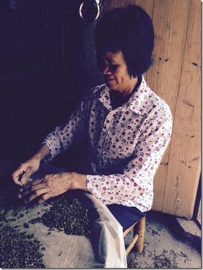 женщина, которая жарит чай